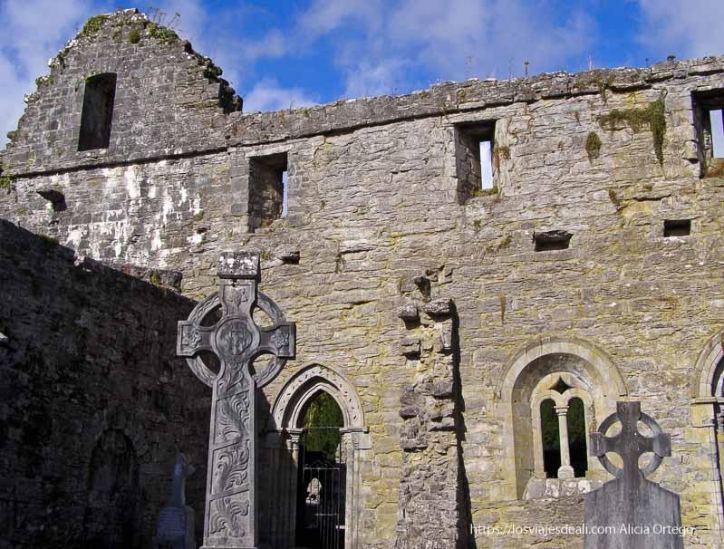 restos de la abadía de Cong con cruces celtas delante