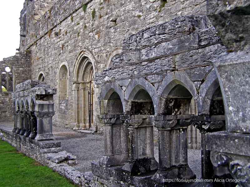 restos de la abadía de cong con arcos y columnas con capiteles