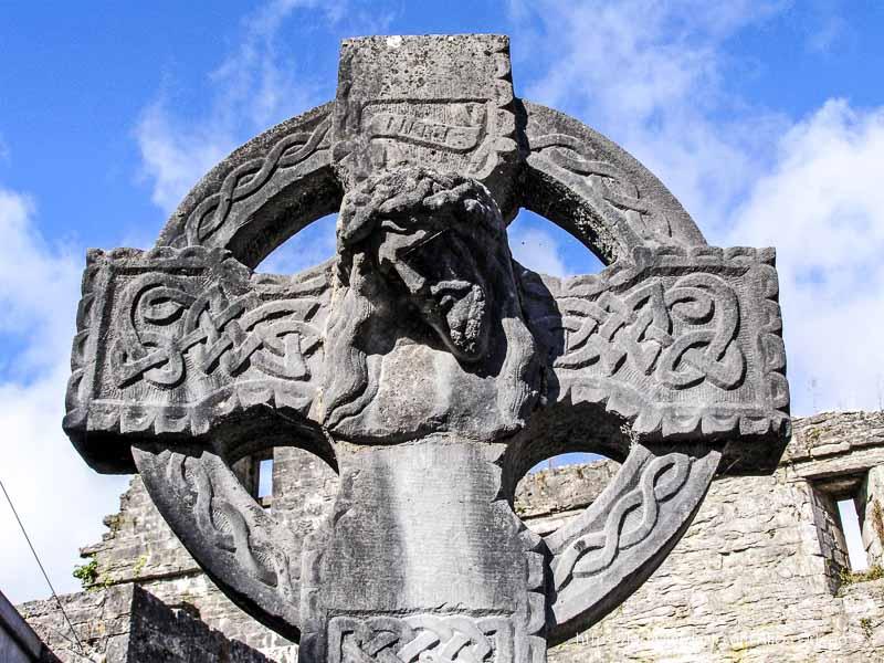 cruz celta con cabeza de cristo yacente en el centro en la abadía de Cong