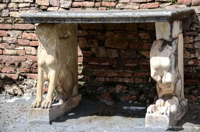mostrador con soportes con forma de leones con torso humano en anfiteatro romano de mérida