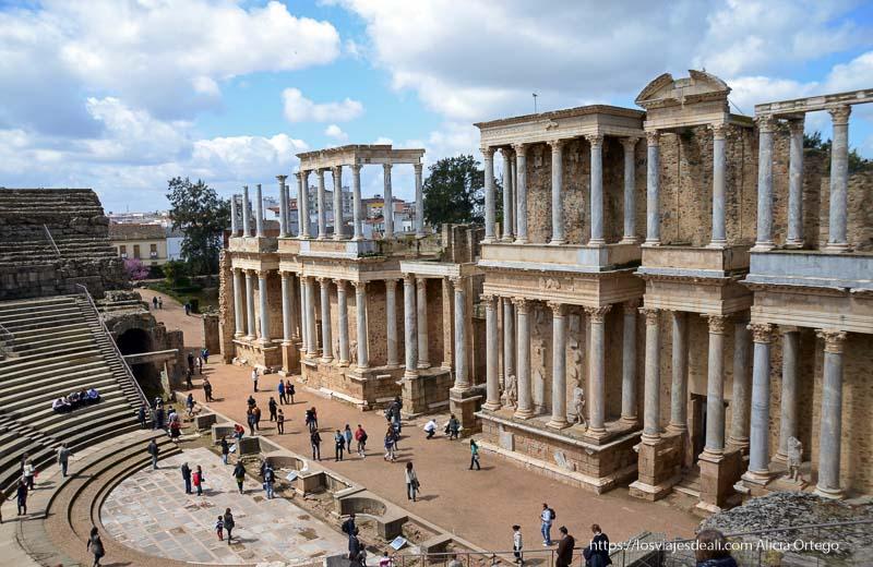 vista a la fachada de columnas en el escenario teatro y anfiteatro romanos de mérida