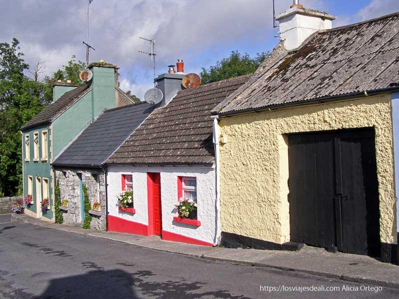 casitas pintadas de colores y tejados pronunciados en Cong