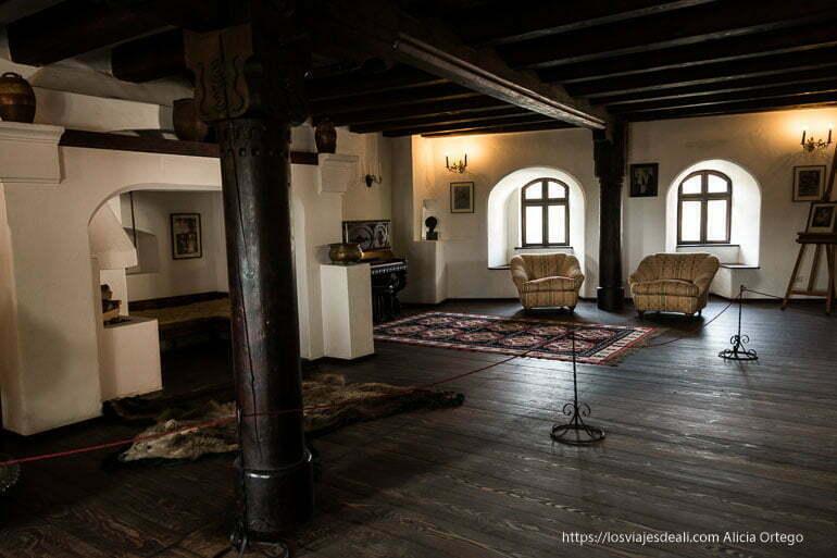 salón del castillo de bran con enorme chimenea bran y rasnov