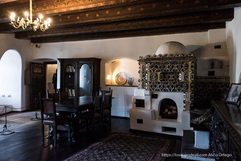 cocina del castillo cubierta de azulejos pintados con motivos azules excursión a bran y rasnov