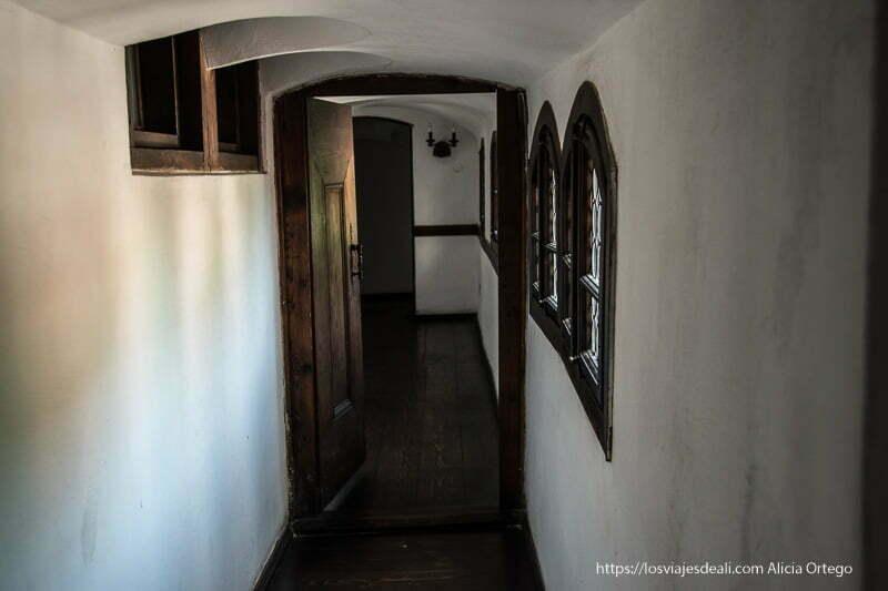 pasillo estrecho en el castillo excursión a bran y rasnov