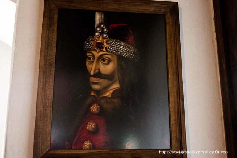retrato de vlad tepes con ojos saltones turbante y traje de terciopelo rojo y gran bigote excursión a bran y rasnov