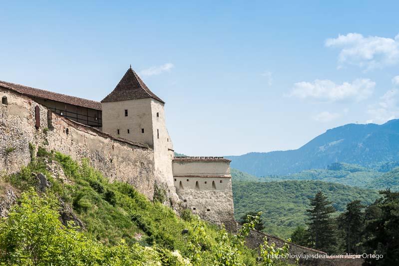 fortaleza on torre cuadrada y pequeñas ventanas excursión a bran y rasnov