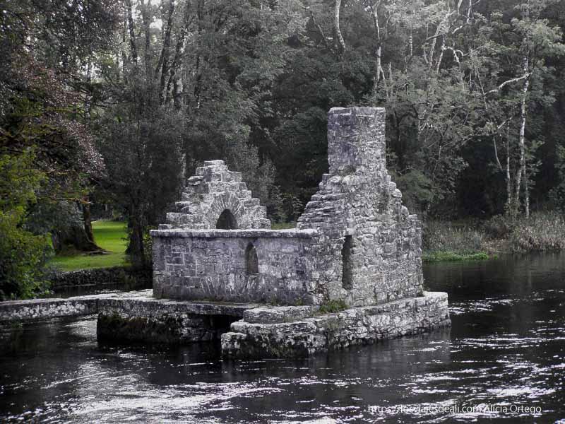 casita de piedra sobre el río de Cong