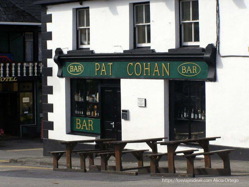 pub de Cong con mesas y bancos en la calle