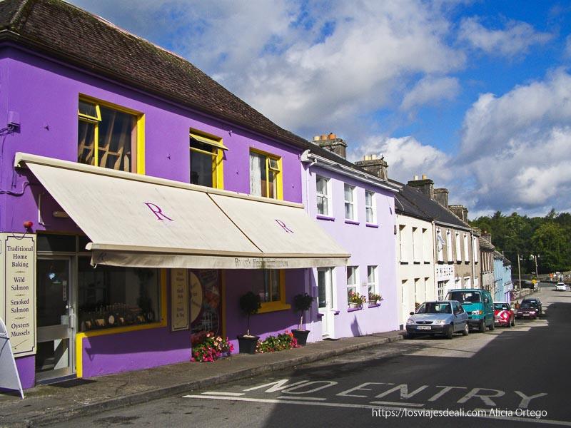 casa pintada de malva y calle de Cong