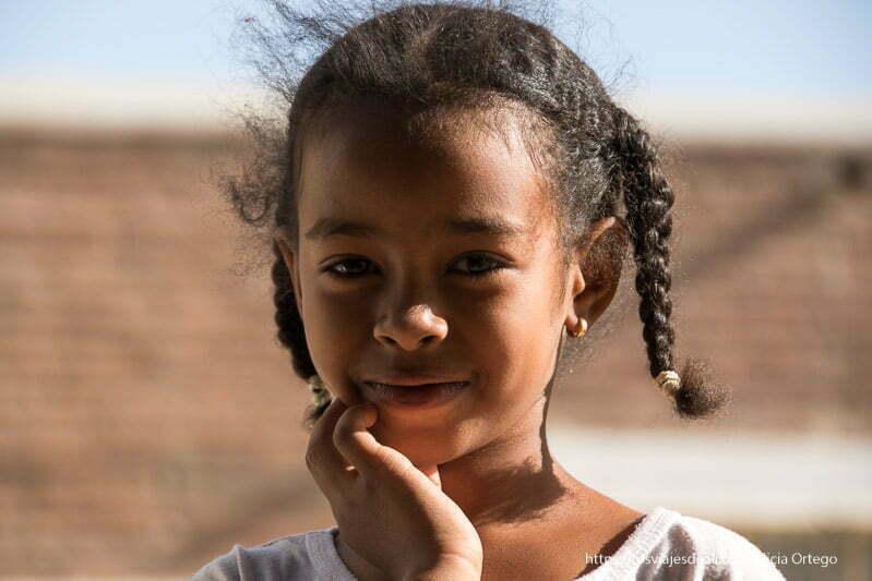 niña de tombus con trencitas sonriendo a la cámara gentes de sudán