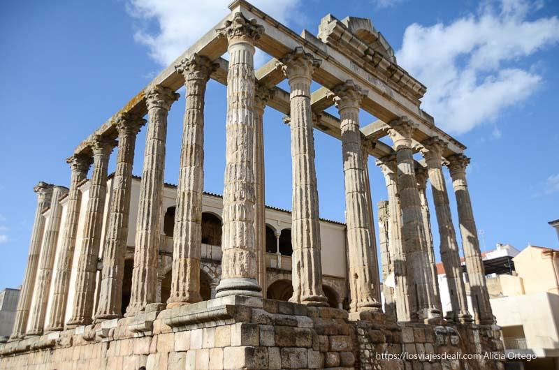 templo de diana de mérida con columnas corintias