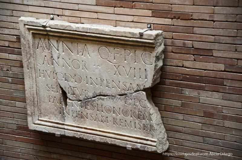 placa de tumba en el museo de arte romano de mérida