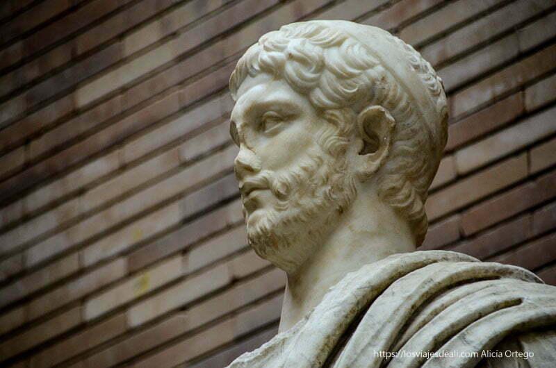 busto de un patricio romano mirando al frente museo de arte romano de mérida