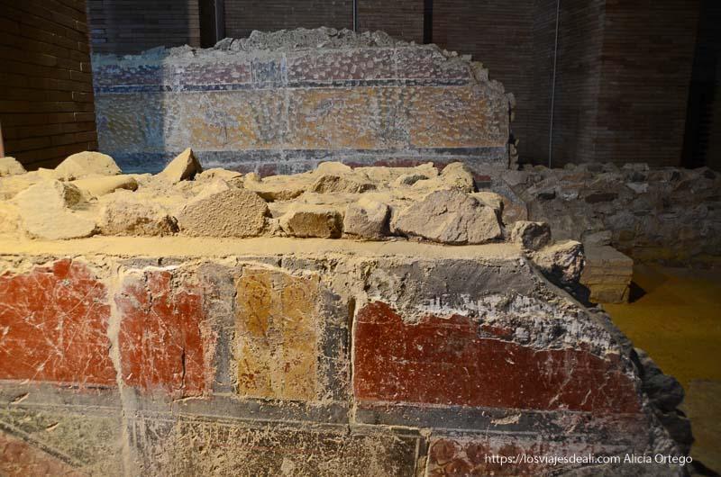 detalle de una pared pintada como las de pompeya en museo de arte romano de mérida