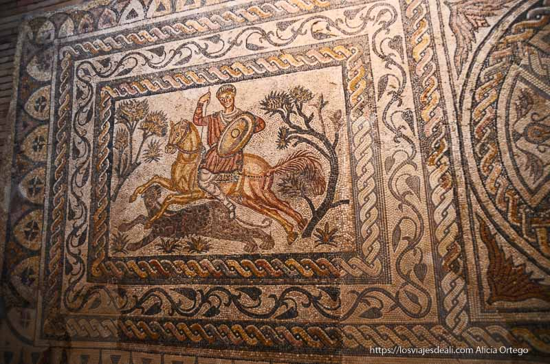 gran mosaico con escena de caza de felino en el museo de arte romano de mérida