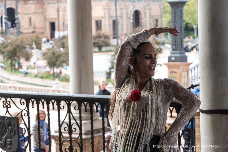 bailaora en la plaza de españa actuando planes en sevilla
