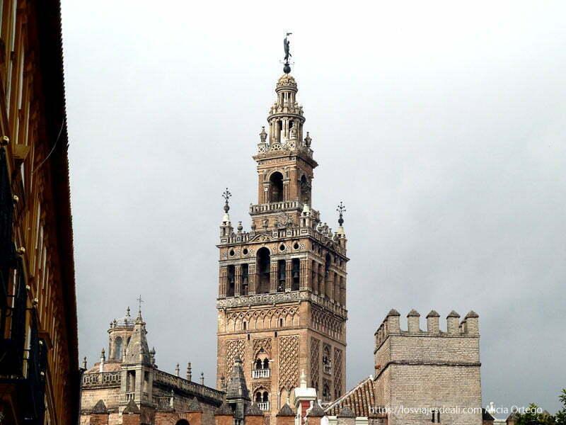 torre de la giralda sobre cielo nublado planes en sevilla