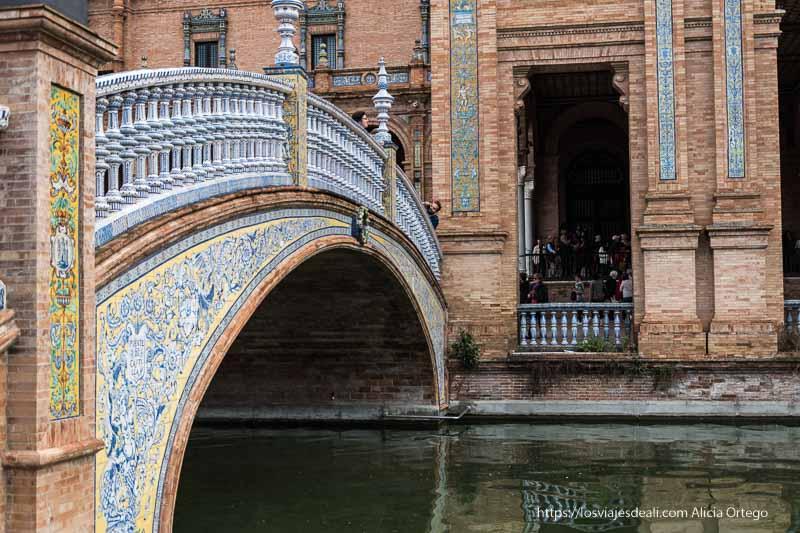 puente revestido de azulejos de la plaza de españa planes en sevilla