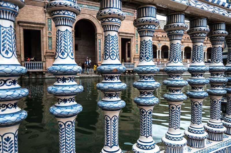 barandilla de azulejo con dibujos azules planes en sevilla