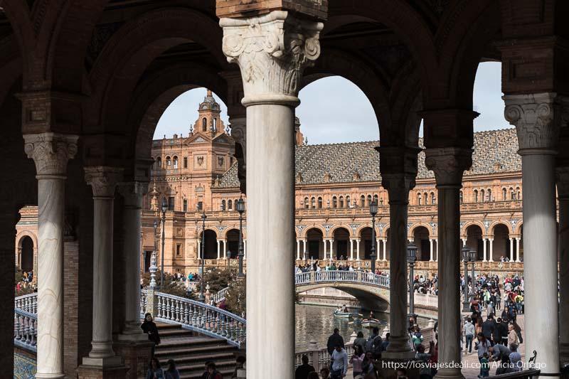 plaza de españa entre las columnas de un lado planes en sevilla