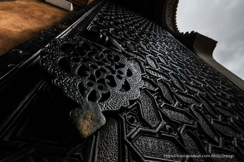 detalle de la puerta del perdón de hierro y estilo mozárabe planes en sevilla