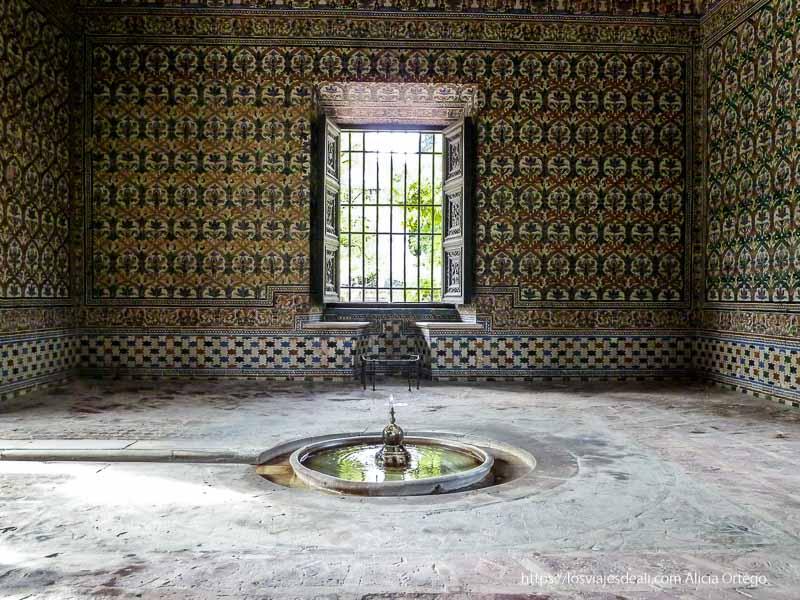pabellón de jardines del alcázar revestido de azulejos con fuentecilla en el centro planes en sevilla
