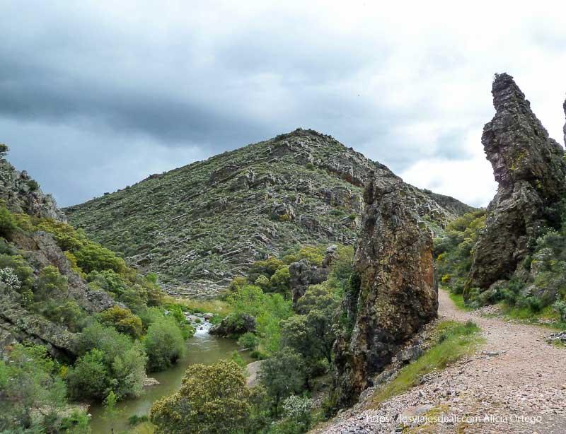 camino de la ruta del boquerón de estena que pasa entre dos rocas verticales