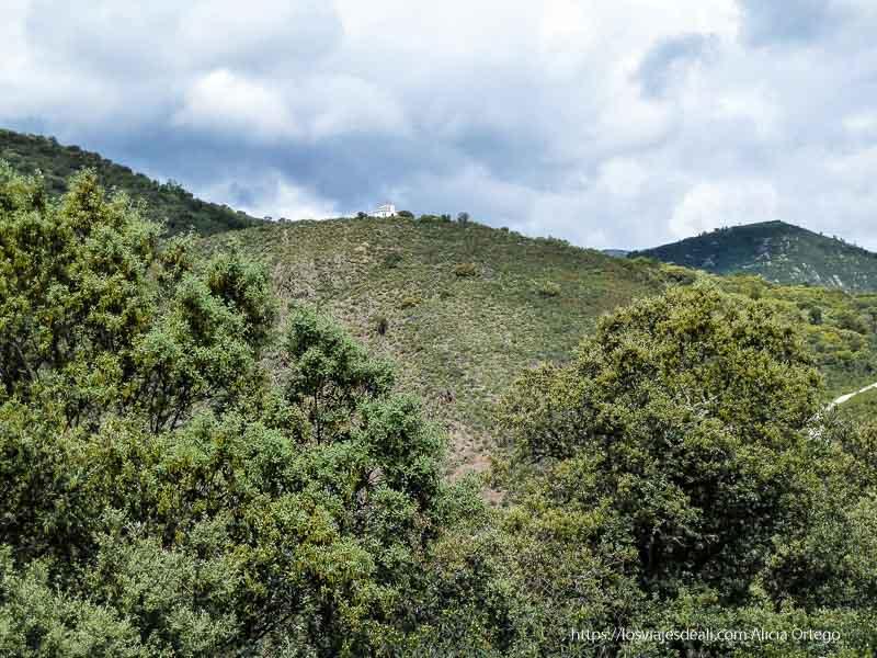 ermita en lo alto de un monte verde