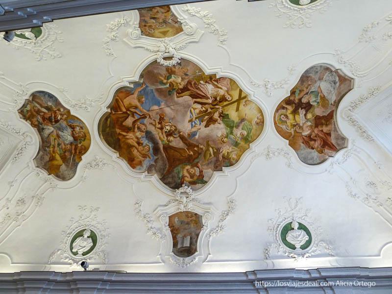 techo barroco con frescos pintados en iglesia de érice