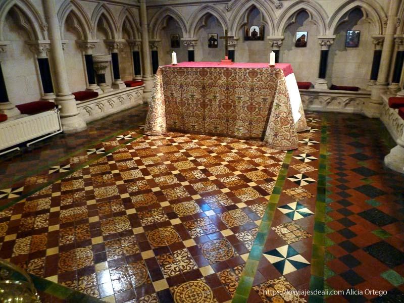 mesa de altar con suelos de cerámica Christ church cathedral de dublin