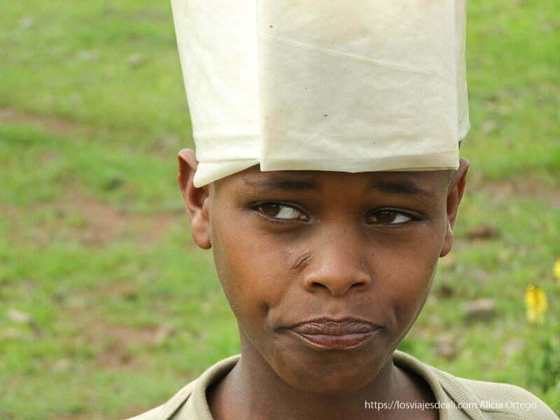 niño con sombrero de plástico de camino a gondar