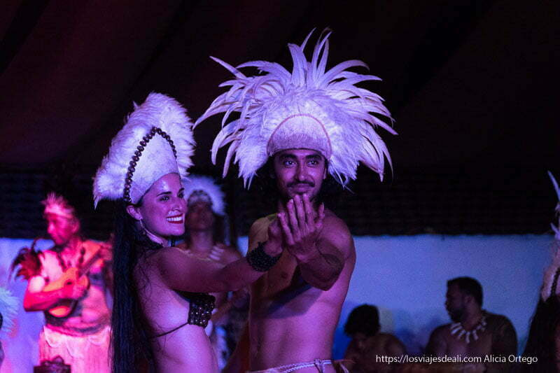 pareja de bailarines rapa nui con tocados de plumas en la cabeza en el show kiri kiri