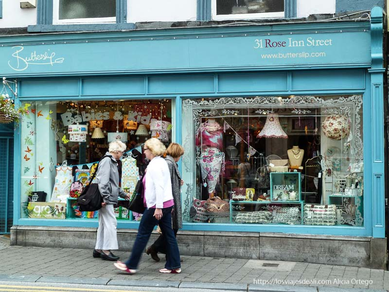 tiendapintada de azul con mujeres en el escaparate kilkenny