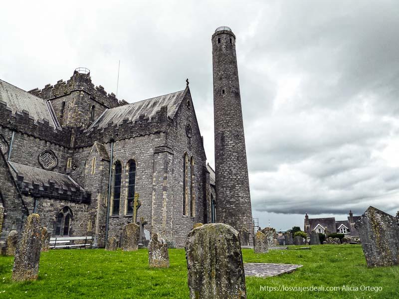 catedral con torre y tumbas alrededor kilkenny