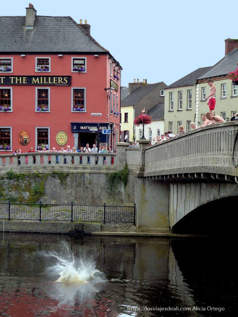 chicos tirándose al río desde un puente en kilkenny