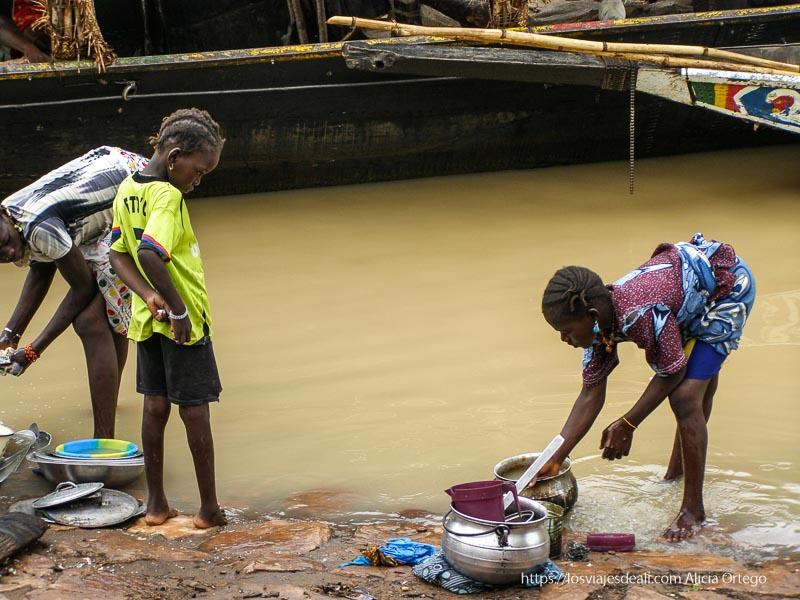 niñas lavando cacharros en el río mopti