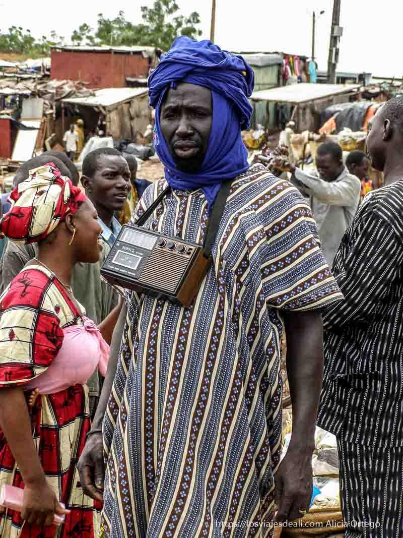 hombre con radio colgada al cuello en mopti