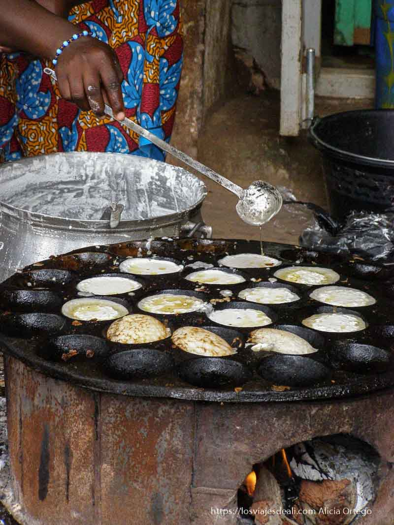 buñuelos en un puesto callejero en mopti