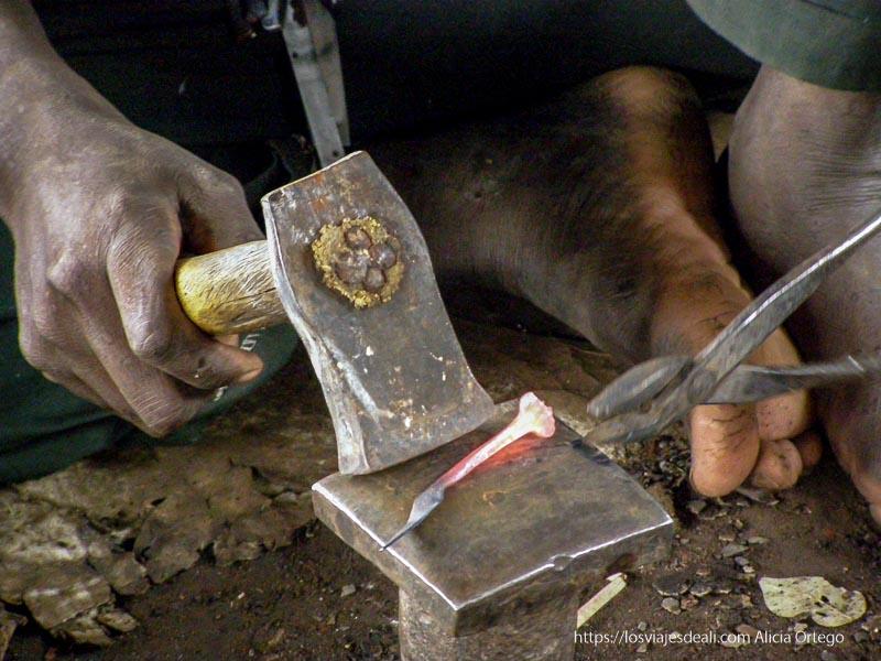 herrero haciendo un clavo en mopti
