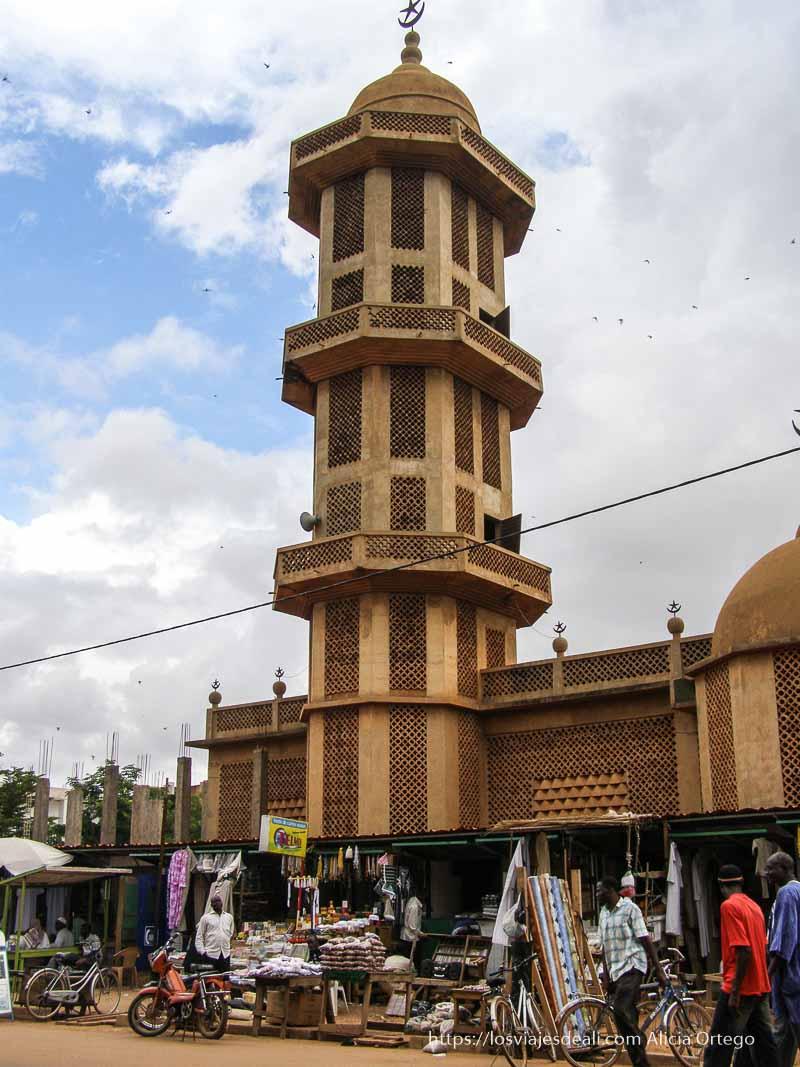 alminar de mezquita de ouagadogou