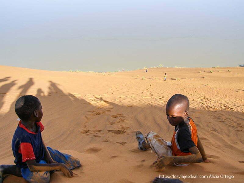 niños jugando con la arena en la duna de gao