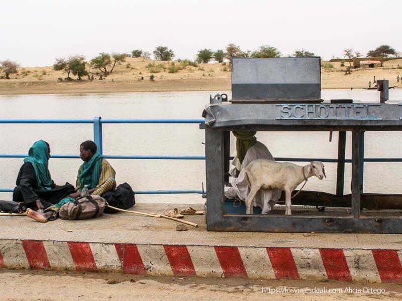 tres tuareg y una cabra con la orilla desértica al fondo un sueño hecho realidad