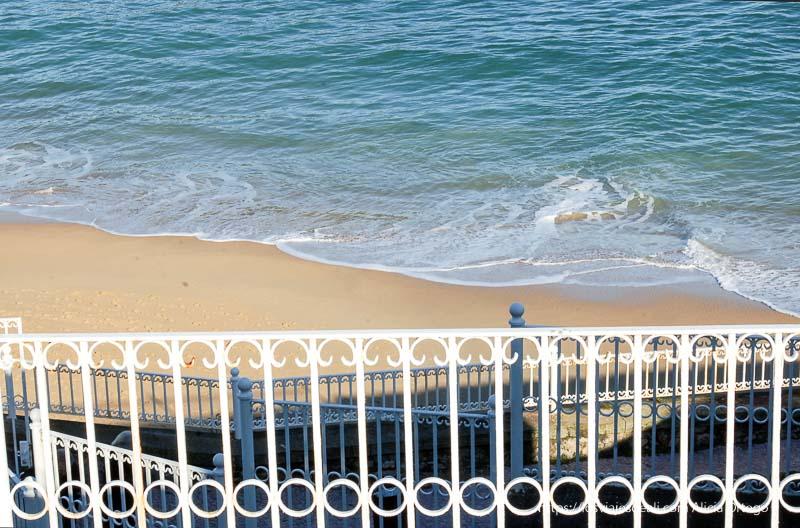 barandilla de la concha y mar detrás San sebastián