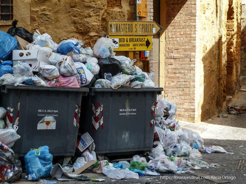 dos contenedores rebosando de basura en agrigento