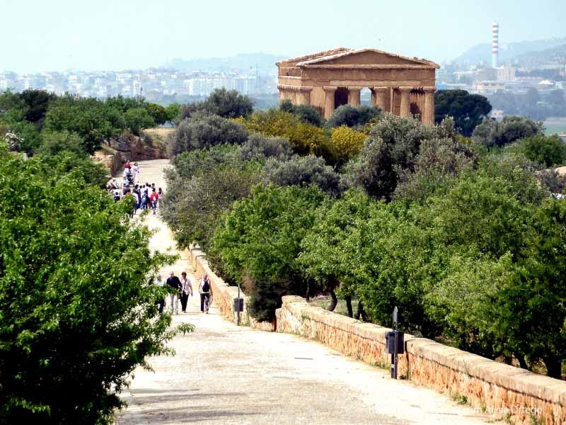 vista del paseo principal de agrigento con templo tipo partenón al fondo