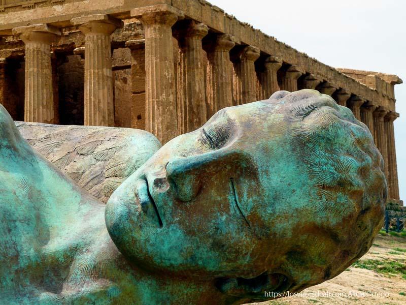 estatua de bronce delante del templo de agrigento