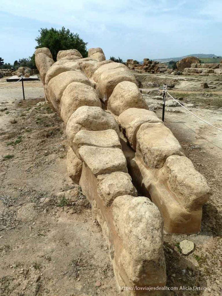 coloso de piedra tumbado en las ruinas de agrigento