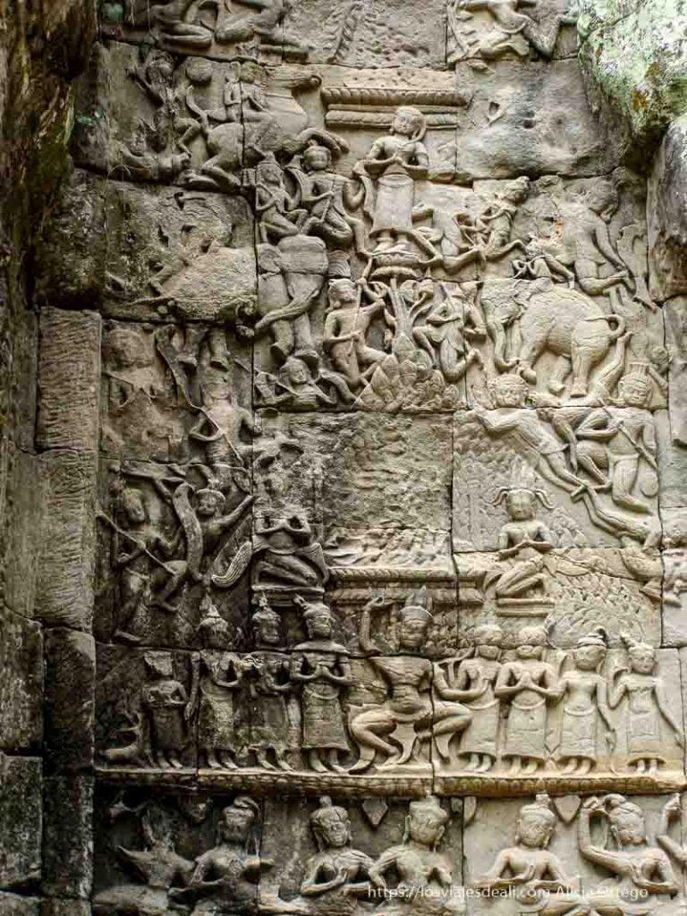 relieve de dioses, danzarinas y elefantes en Angkor