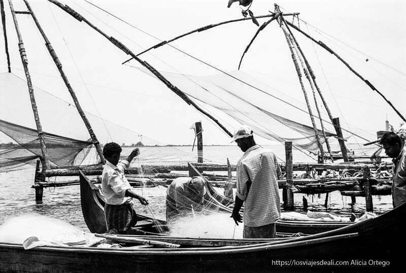 pescadores con las redes junto a las redes chinas de kerala
